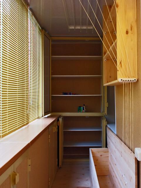 Монтаж стилажей полок мебели на болконах квартиры.